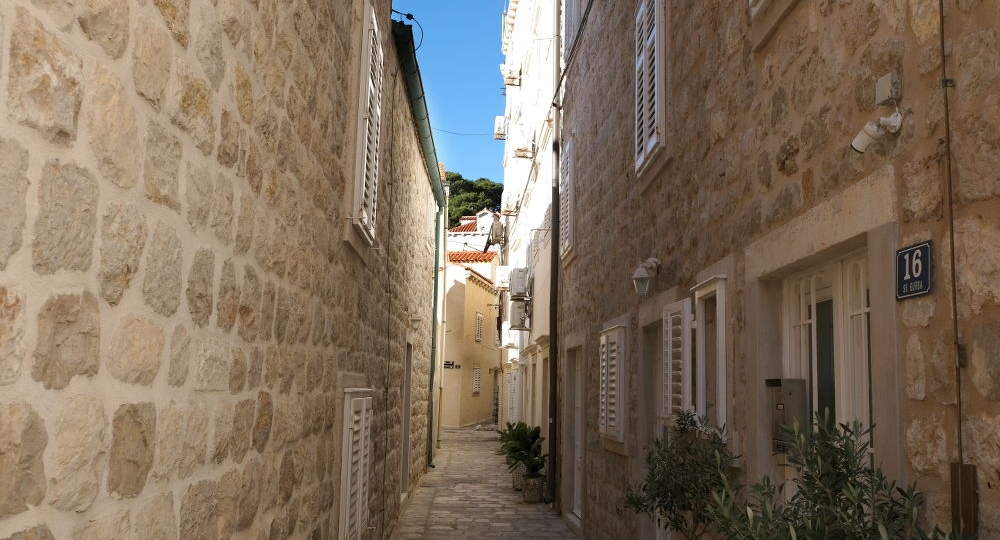 Narrow side street in Pile